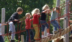 Kinder auf dem Abenteuerspielplatz